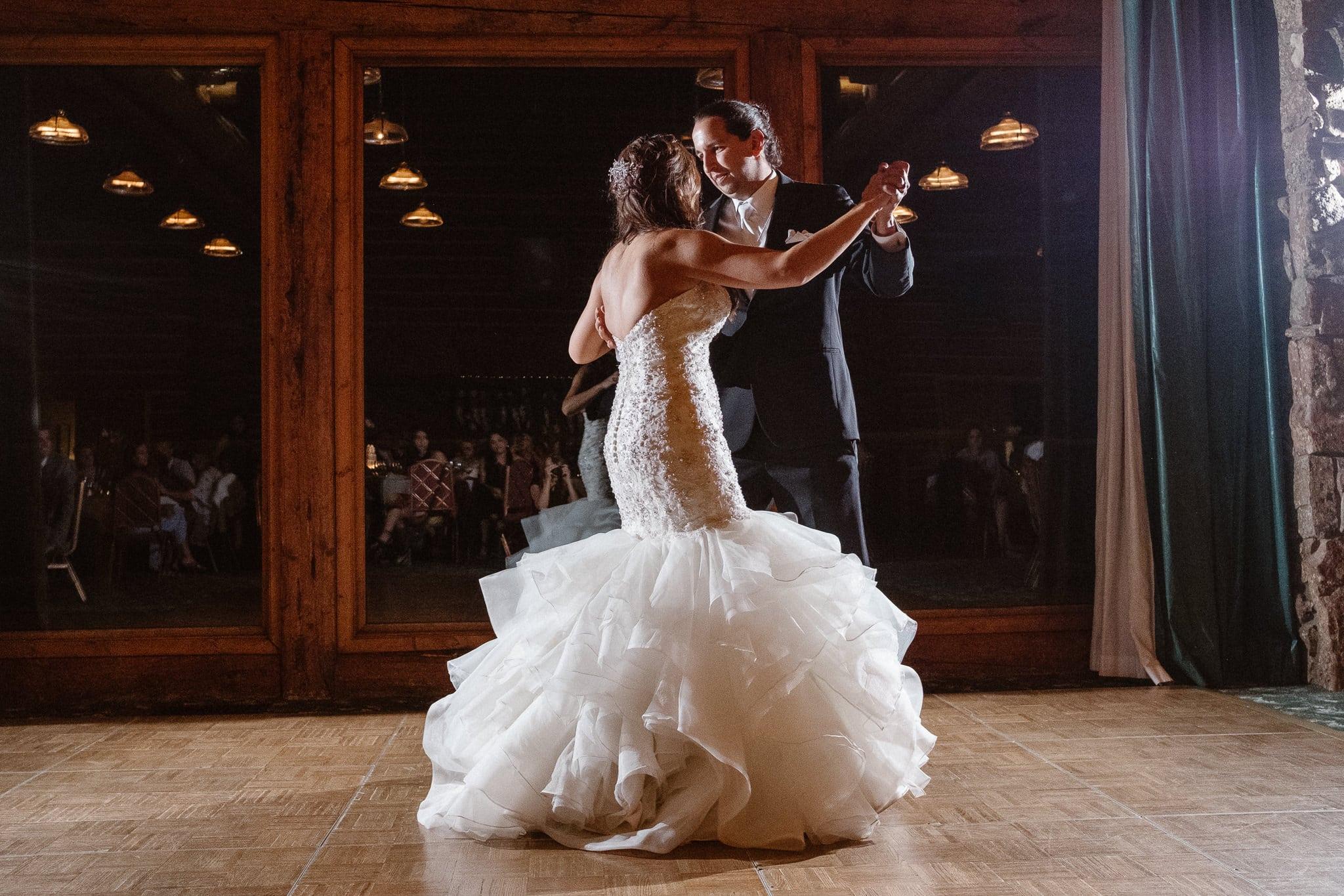 Dao House wedding photographer, Estes Park wedding venue, Colorado mountain wedding, bride and groom first dance, wedding dance, dancing