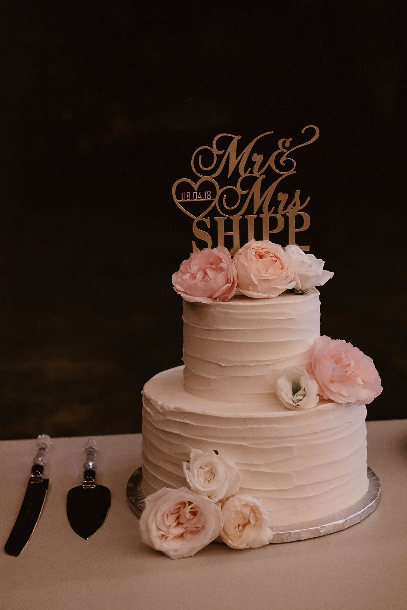 Aspen ranch wedding, Colorado mountain wedding photographer, classic white wedding cake with pale pink flowers